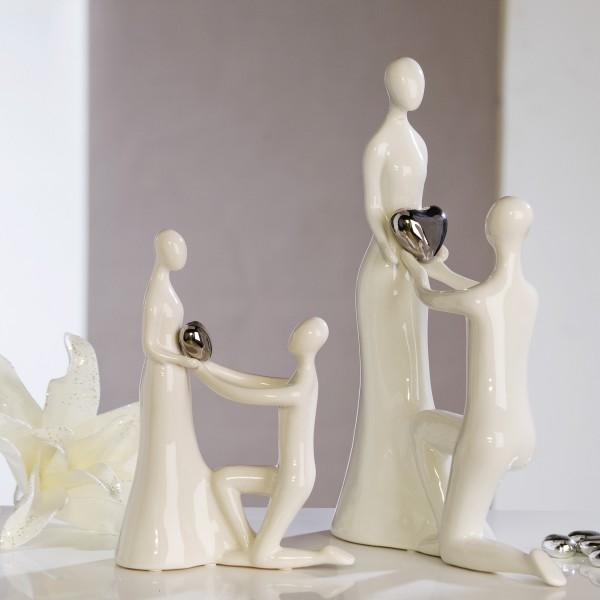 moderne figur der antrag wei es paar mit silbernem herz skulptur liebe deko und wohnen figuren. Black Bedroom Furniture Sets. Home Design Ideas